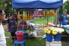 flowers for sale (the foreign photographer - ) Tags: oct162016sony flowers garlands for sale wat prasit mahathat bangkhen bangkok thailand sony rx100