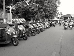 Prt  Partir... Ready to go... (alainpere407) Tags: alainpere ruesdebangkok bangkok streetofbangkok thailande tuktuk