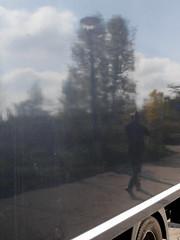 Der schwarze Spiegel. / 23.10.2016 (ben.kaden) Tags: berlin hohenschnhausen neuhohenschnhausen vincentvangoghstrase spiegelung 2016 23102016
