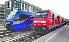 Meridian und BR 245 013 im Bahnhof München 😉 (holzi1156) Tags: bahnhof train eisenbahn zug meridian br245 instagramapp square squareformat iphoneography