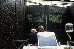 Hausboottour (127) Schleuse Bobzin (Rdiger Stehn) Tags: analog 35mm deutschland wasser europa urlaub herbst slide dia scan 1998 tor 1990s mecklenburgvorpommern norddeutschland unterwasser kammer schleuse mitteleuropa gewsser elde flus contax137md analogfilm kleinbild bobzin mecklenburgischeseenplatte schleusentor canoscan8800f kbfilm 1990er schleusenkammer hausboottour mritzeldewasserstrase landkreisludwigslustparchim diapositivfilm schleusebobzin eldeschleuse mecklenburgischbrandenburgischeseenplatte