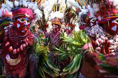 Dancers at Mt Hagen festival (puuuuuuuuce) Tags: dancers feathers makeup papuanewguinea mthagenshow