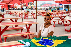 Rio2016 - The smile (H_Lopes) Tags: brasil brazil rio rio2016 rj riodejaneiro menina girl culos glasses vermelho red bandeira flag wow olimpada olympic jogos games 2016 sorriso smile centroolmpico barra contemplao people bgtrj nikon nikon3300 3300