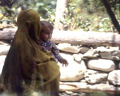 DONNA IN BURKA GIALLO (ADRIANO ART FOR PASSION) Tags: pakistan donna woman giallo yellow burka donnaconbambino womanwithchild olympus om2 diapositiva scansione scan epson epsonv550 kodak ekta100 chitral burkagiallo yellowburka
