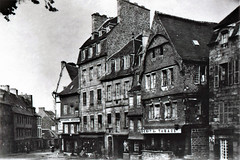 GUINGAMP, place du centre vers 1915 (claude 22) Tags: carte postale 1915 old postcard guingamp place centre bretagne france breizh brittany architecture ancienne maison colombages timber framing house