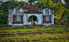 D71_4747z-2 (A. Neto) Tags: d7100 nikon nikond7100 sigmadc18250macrohsmos color house old decadence railroad trees grass morretes architecture
