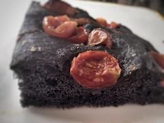 Schiacciata al carbone vegetale e pomodorini