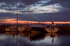 barche al tramonto (miriam.lonardi) Tags: fujifilm fujifilmxt10 fuji fujinon fujinonxc1650mm tramonto sera lungolago lazise lago lagodigarda verona italia italy barche acqua colori cielo uccello longexposure