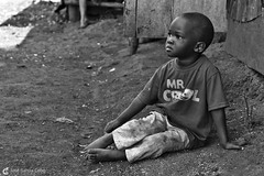 16-09-20 Uganda-Rwanda (40) Jinja R01 BN (Nikobo3) Tags: frica uganda jinja retratos portraits people gentes travel viajes nikond800 nikon d800 nikon247028 nikobo josgarcacobo flickrtravelaward ngc natgeofacesoftheworld wonderfulworld bn bw sit sitting seated