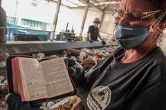 abcd2110capa01 (Olívia Tesser) Tags: saopaulo santoandre lixao aterro aterrosanitário biblia reciclagem mulher canon