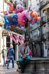 The Ballons man (amatulow) Tags: canon eos rebel 1100d t3 50mm 18 f18 foto photography color street calle colors ballon globos pensar retrato portrait people gente think fuente fountain wather agua galicia galician spain espaa ourense termal plaza del hierro square persona person