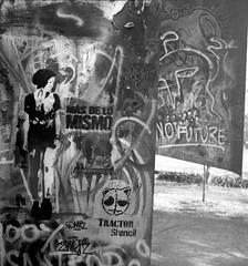 Medios de lucha (Felipe Cárdenas-Támara) Tags: rolleiflexautomat6x6modelk4a rolleiflexjune1951march1954 rolleiflextlr zeissjenatessar3575 kodaktmax expiredfilm kodaktmaxexpired2003 felipecárdenastámara colombianphotographers felipecardenasphotography