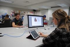 Étudiante au travail en Gestion de projet avec l'outil de prédilection, le iPad!