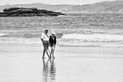 Amor de otoño (chuscordeiro) Tags: bw blancoynegro canon mar grove pareja amor playa galicia 7d turismo olas 70200 lanzada mayores portonovo sanxenxo