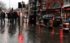 Y Mis Du, Aberystwyth (Rhisiart Hincks) Tags: red trafficlights rain rouge lluvia rojo pluie aberystwyth rd es rosso ceredigion regen  uisge glaw piros  dearg  erven goleuadautraffig  ruz euri semaforoak gorri   pluvo  punane rou sarkans raudonas glav  gouleiertremen solasantrafaig