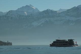 Schiff MS Berner Oberland ( Baujahr 1996 - Länge 57m - Passagiere 1000 - Motorschiff Kursschiff bateau ship nave ) auf dem Thunersee bei ... im Berner Oberland im Kanton Bern der Schweiz