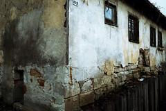 159 (Isengardt) Tags: lostplace abandoned verlassen heruntergekommen verloren schbig kaputt haus house hauswand fassade putz mauer wall wand broken fenster ansicht 159 talkingwalls zaun fence esslingen badenwrttemberg deutschland germany europe europa olympus omd em1 1250mm