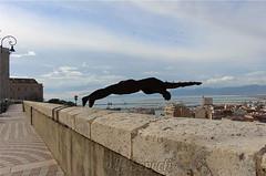 Cagliari - Un volo giù per la città... (Franco Serreli) Tags: sardegna sardinia cagliari bastionesantacroce castello quartierecastello santa croce bastione scultura volo uomoinvolo