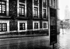 Lloviendo (Gayoausius) Tags: wet rain blancoynegro bw blackandwhite monocromtico monocromo 7dwf arquitectura edificio airelibre lluvia lluvioso