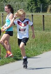 Lukas (Cavabienmerci) Tags: boy sports boys sport youth race children schweiz switzerland à child suisse earring running run runners earrings pied runner läufer münsingen lauf 2015 coureur coureurs louf münsiger