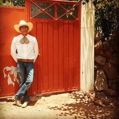 break (TeresaFly) Tags: ranch travel light shadow red summer man hot rot hat mobile mxico mexico cool reisen cowboy waiting break sommer samsung hut silence reiter casual mann sombrero pause hombre mexiko vaquero hitze lssig