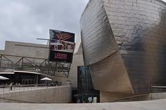 Parvis du Muse Guggenheim, Bilbao, Biscaye, Pays Basque, Espagne. (byb64) Tags: bilbao bilbo biscaye viscaya bizkaia biscay biscaglia paysbasque euskadi euskalherria paisvasco espagne espana spain spagna spanien europe europa eu ue nervion museguggenheim museoguggenheim guggenheim gehry frankgehry muse museo museum bi titane titanium