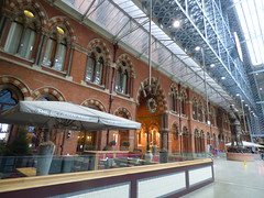 London St Pancras International Station - The Betjeman Arms Pub & Dining Rooms and the The Meeting Place (ell brown) Tags: eustonrd camden london greaterlondon england unitedkingdom greatbritain stpancras stpancrasstation stpancrasinternational londonstpancrasstation londonstpancrasinternationalstation eurostar kingscross midlandrd gradeilisted gradeilistedbuilding stpancrasstationandformermidlandgrandhotelcamden formermidlandgrandhotel railwayterminusandhotel trainshedterminusfacilitiesandoffices midlandgrandhotel georgegilbertscott williamhenrybarlow deepredgripperspatentnottinghambrickswithancasterstonedressings shaftsofgreyandredpeterheadgranite slatedroofs gothicrevivalbuilding terminusofthemidlandrailway euston kingscrossstpancras kingscrossstpancrasundergroundstation thebetjemanarmspubdiningrooms statue bronze themeetingplace paulday intimatepose