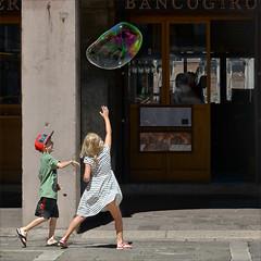 Chasing a soap bubble (Arunte) Tags: venice boy italy girl children italia play venezia rialto gioco soapbubble bolladisapone marcofrancini arunte