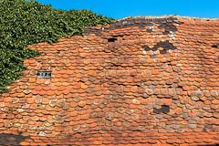 Dachschaden [Explored] (fotomanni.de) Tags: rot bayern franken dach dachziegel oberfranken marode baufällig dachschaden adelsdorf