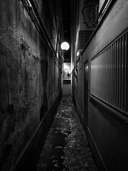 Callejn oscuro (Joan Pujol) Tags: outdoor tunnel city night street iphone7