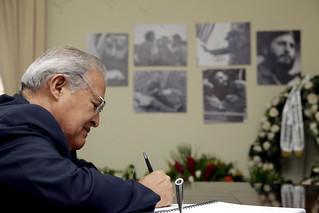 Presidente presenta sus condolencias en embajda de Cuba