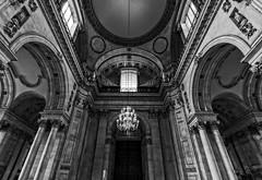 Interior II de Saint Paul's Cathedral (D. Lorente) Tags: dlorente iglesia interior iluminacin catedral cathedral nikon bw bn buildings london architecture baslica monument techo arcos