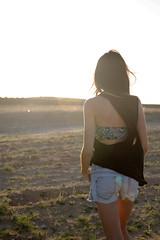Hacia el sol (RokerEsp) Tags: summer portrait people espaa sun girl mujer spain model women day chica gente retrato sunny modelo paseo verano campo monte da tierra soleado tirantes