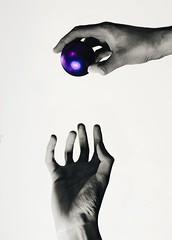 No deixe escapar! (FilipeMWF) Tags: love branco ball cores happy peace paz preto minimal mo fundobranco