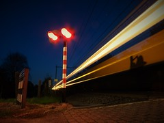 Spoorwegovergang Ruitersveldweg te Wezep (Pieter Plas) Tags: railroad night train lights long exposure track crossing nederland trein spoorwegovergang