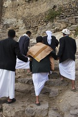 IMG_7940_2 copy (mariatarasoff) Tags: yemen steps old souk brick mud stone people man walking pointofview perspective watching looking arab arabia muslim mosque village thobe men moving al hajr mountains mountainous basic rustic traditional simple yemani shawl coat suit