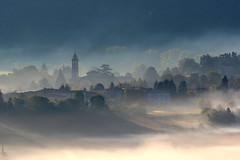 La prima nebbia (kmclaudio) Tags: nebbia fog pentaxart paesaggio landscape campanile chiesa case alberi luce