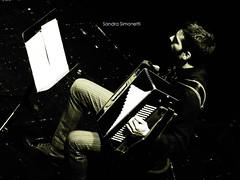 Zambelli alla fisarmonica (sandra_simonetti88) Tags: fisarmonica accordion zambelli seppia musica music stage show concert spettacolo suonare play instrument strumentomusicale spartito note