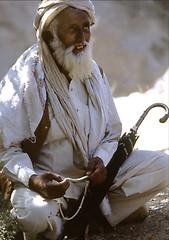 MOMENTO DI PREGHIERA (ADRIANO ART FOR PASSION) Tags: preghiera prayer chitral pakistan uomo man ombrello umbrela uomoconbarbabianca manwithawhitebeard olympus om2 dia slide scansione epson v550 scan 1984