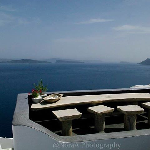 Diner is served #greece #santorini  #dinerwithaview #sea #travel #traveler #traveller #voyage @commcam @visitgreecegr