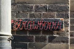 Aâhrdbèen tuh koâp (Roel Wijnants) Tags: strawberry wandelen denhaag beatles bord tekst aardbeien kloosterkerk regenpijp kerkmuur vondst roel1943 roelwijnants schatkamer hofstijl hemelwaterafvoer mooidenhaag roelwijnantsfotografie haagspraak wandelvondst wandelvondsten haagseschatkamer absolutelythehaguehofstijl