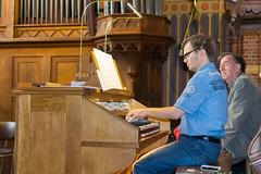 Henk van Voorst bespeelt het Adema-orgel, St.-Agathakerk, Lisse, 12 september 2015. Foto: Alexander Schippers.