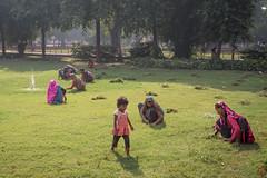 Désherbeuses (Ye-Zu) Tags: red woman india garden child delhi femme jardin enfant inde worldtour fortrouge tourdumonde