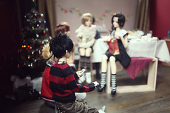 Kaneki: /automatically takes a photo (lightlybattered) Tags: christmas tree dinner ball miniature doll williams f16 michele bjd superdollfie volks cecile tae abjd fcs jointed balljointed sdgr sd17 volksdoll