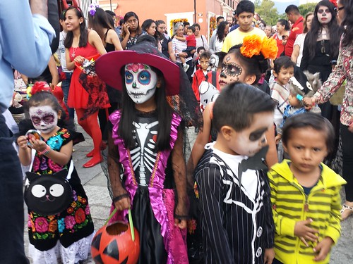 Parade mit Toten-Kostümen