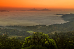 Green View Holiday sunrise (Renate Bomm) Tags: greenviewholiday renatebomm 366 2016 srilanka karagahahinna wolken tal clouds amanecer sonnenaufgang sunrise paisaje landschaft natur nature goldengallary sun goldenvisions visiongroup thegoldendreams seaofclouds milkyway