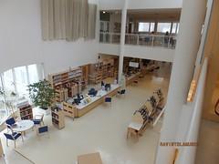 Hall - Lahti Library, Lahti, Pijat-Hme, Finlande (Milieux_documentaires) Tags: bibliotheque finlande lahti hall mezzanine prsentoir comptoirdaccueil chaise table fentrage chariot