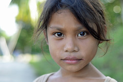Little girl from  Sulawesi (Indonesia) ([cation]) Tags: travel viaje light portrait eye girl smile indonesia 50mm nikon retrato ojos sonrisa sulawesi indonesie visage regard d800 cation