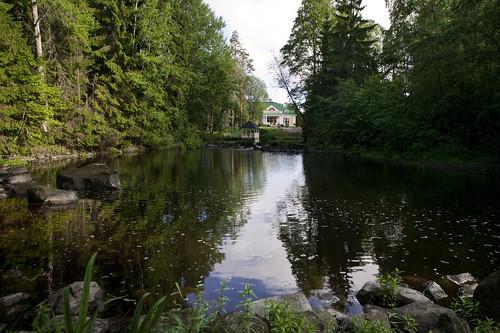 Joki virtaa kesällä rauhallisesti Hirvihaaran Kartanon ohi