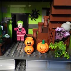 14-Modular Monster House MOC Halloween Edition front door_04 (fuggoo) Tags: zombie zombies legozombie lego moc modular monster monsters house halloween pumpkin marilyn monroe elvis presley joker ghost ghosts ghostbusters